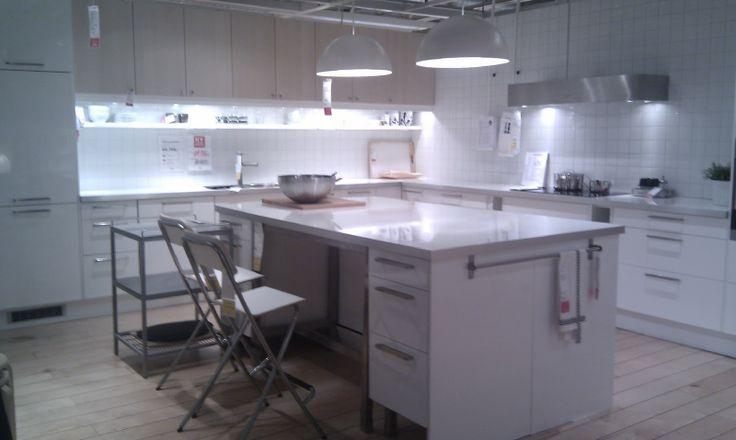 Front: Nexus og Abstrakt Benkeplate: NUMERÄR Hvit høyglans med aluminiumkant.  Planløsning: Et L-formet kjøkken med oppbevaring på også de to andre veggene av kjøkkenet, samt. som det har en øy midt i rommet.  Dette kjøkkenet passet definitivt til en stor familie som trenger mye plass og mye oppbevaring. Det er veldig lyst og moderne.