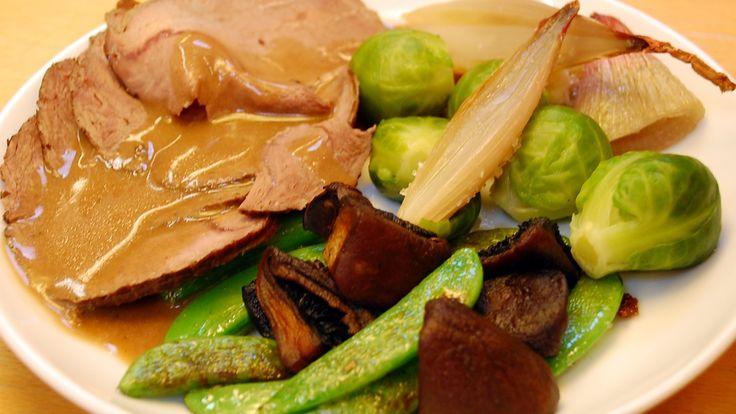 Brassering betyr å koke i sin egen kraft. Dette gjøres best i jerngryte i stekeovn eller på svak varme på plata under lokk. Denne gangen er det elgkjøtt som serveres med rosenkål, sjalottløk og sukkererter.