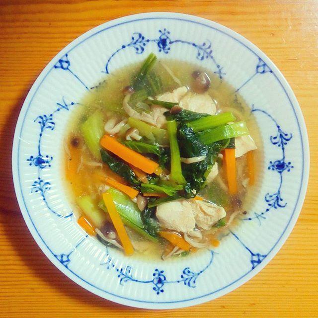 🍴色々野菜の中華スープ . 野菜がとりたくて、冷蔵庫にあるもの全て詰め込みました。味付けに迷って、鶏ガラスープの素や白だしなど色々入れてしまったために、ぼやけた味になってしまいました。。。美味しいスープが作れるようになりたいです。 . #体をあたためる#健康#栄養#ランチ#朝ごはん#ヘルシー#野菜たっぷり#肉#おうちごはん#自炊#ランチ#料理#デリスタグラマー#クッキングラム#ロイヤルコペンハーゲン#ロイコペ#テーブルコーディネート#おしゃれ#食器 #royalcopenhagen#japan #foodpics#cooking#table#tablecordinate #instafood#delicious#vegetables#healthyfood