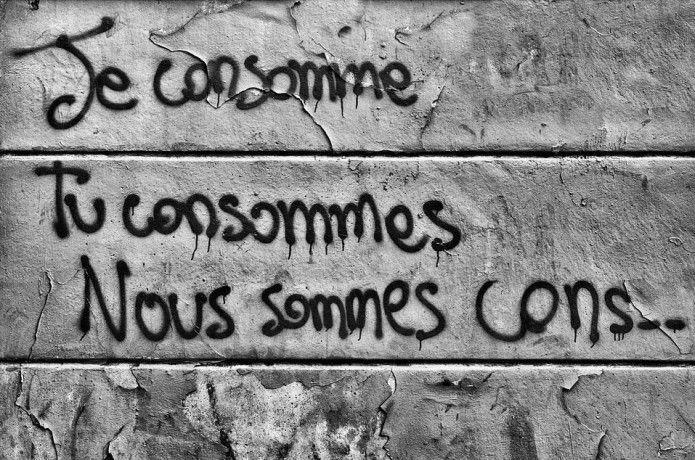 Les street artistes dénoncent eux-aussi la société de consommation, et nous terminerons par ce graff éloquent: