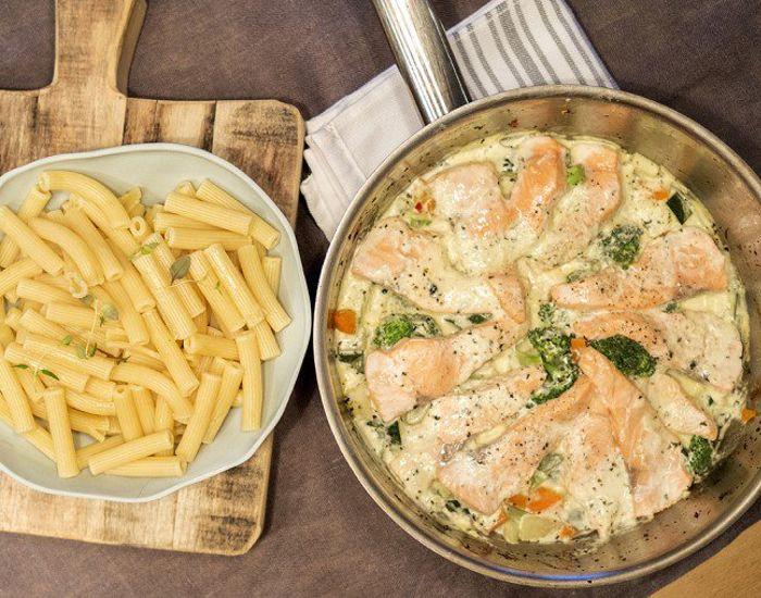Laks med grønnsaker og pasta - Tara