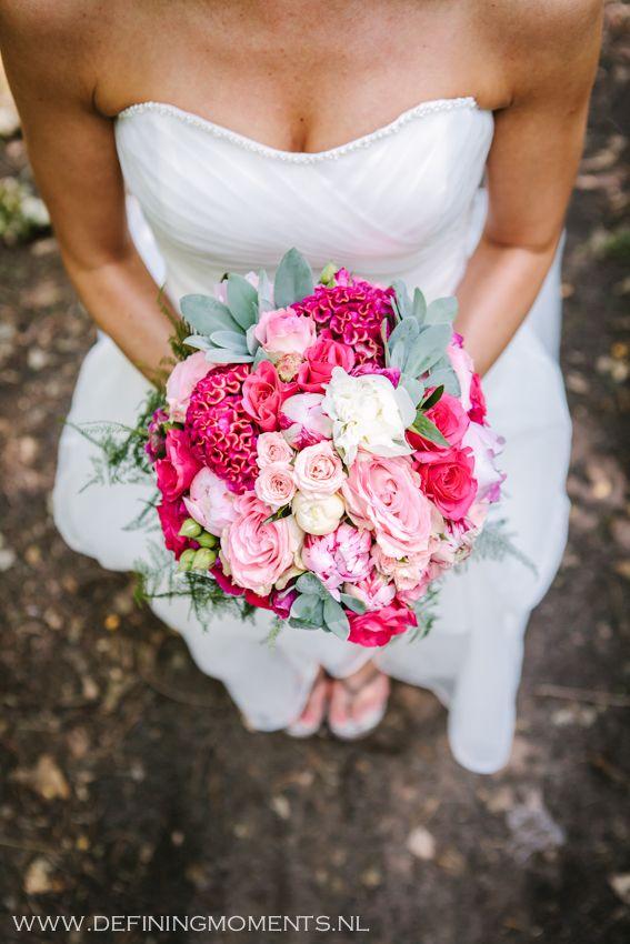 Bruidsboeket in heldere roze en fuchsia kleuren.
