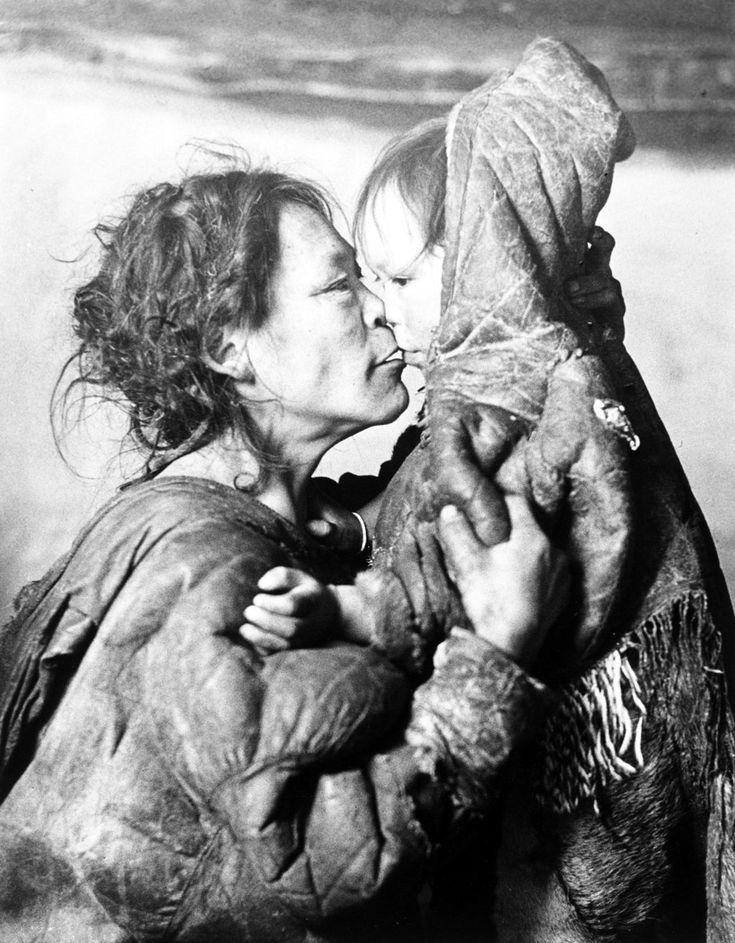 Madre inuit bacia il figlio, Territori del Nord-Ovest, Canada, 1950. - (Richard Harrington, Moma)