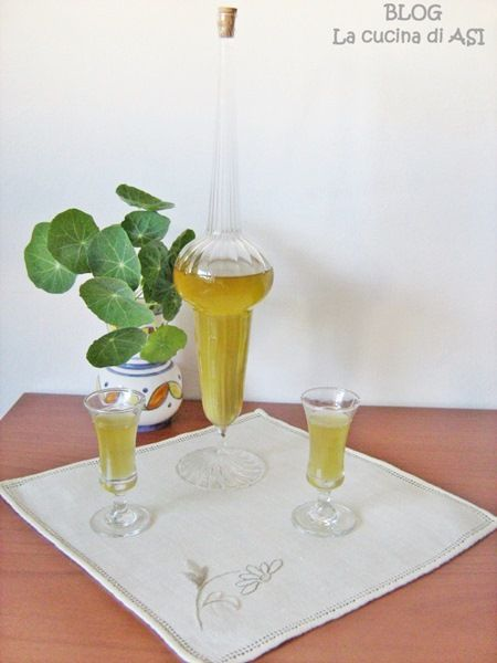 UN liquore alle bacche di ginepro...e devo confessarvi che è con il mio vov casalingo che trovate sul blog il mio liquorino dopocena preferito!!