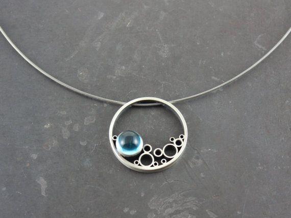 Prachtige blauwe topaas en sterling zilver hanger aan een in zilver-kabel. Approximatley 1.5 diameter met een 8mm-cabochon.