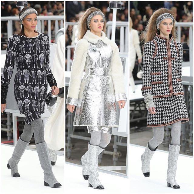 O nosso amor na última astronave! Decolando para o espaço sideral com tailleurs de linhas retas meias-calças bordadas com brilhos botas sem salto de glitter vestidos e moletons com estampa de astronautas e muitos looks prateados e furta-cor @karllagerfeld trouxe a @chanelofficial ao som de Brigitte Bardot e Daft Punk para a corrida espacial dos anos 60. Tanto nos homens quanto nas mulheres a nova bolsa-sensação da marca a Gabrielle dominou embora a plateia tenha suspirado pela bolsinha em…