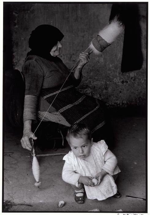 Κρήτη, 1962, φωτό: Κωνσταντίνος Μάνος – Γιαγιά γνέθει μαλλί