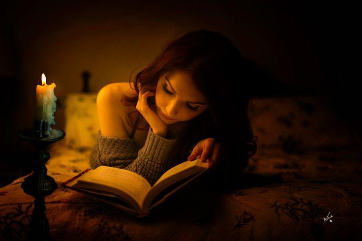 """""""Чтение – это наслаждение буквами, которые соединяются в слова, вышивают предложения, а предложения рождают фантазии. Наслаждение от запаха бумаги, даже тактильное – от переворачивания страниц"""" (Ф. С. Бондарчук).  Фотограф: Dave Acton.  #книги #чтение #фото #фотография #цитаты #books #reading #book #photography #photo #мысли #книга #цитата #readingcomua #ночь #девушка #отдых"""