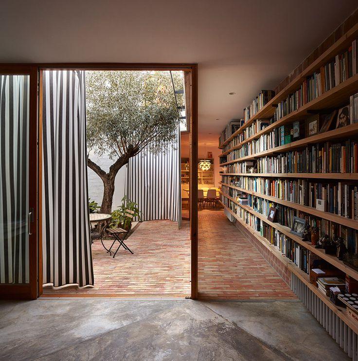 Hermosa biblioteca aprovechando una galería de paso junto a un patio. En la Casa Ricart de los compañeros – gradolí & sanz – arquitectes