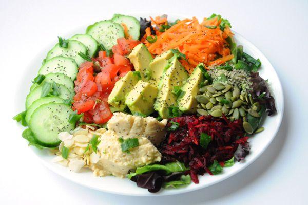 Salade de concombres, avocat, carottes,...