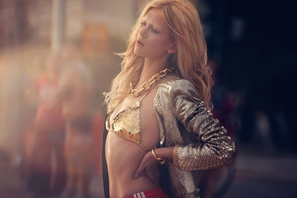Giacca in pitone verniciato con gilet di cotone incorporato e top-bikini con paillettes-squame, Roberto Cavalli.