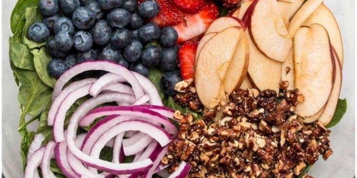 Koolhydraatarme lunch gemixte bessen salade