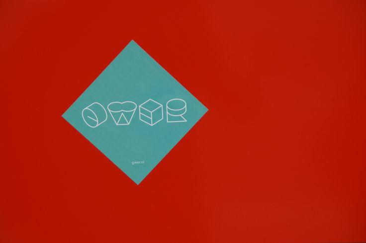 Zowel de blauwe ruit/het blauwe vierkant en de rode achtergrond zijn vlakken.