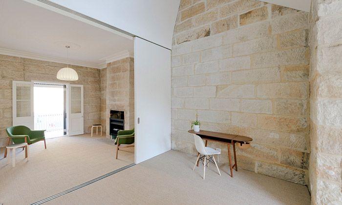 Sandstone Cottage z pískovce dostal moderní interiér