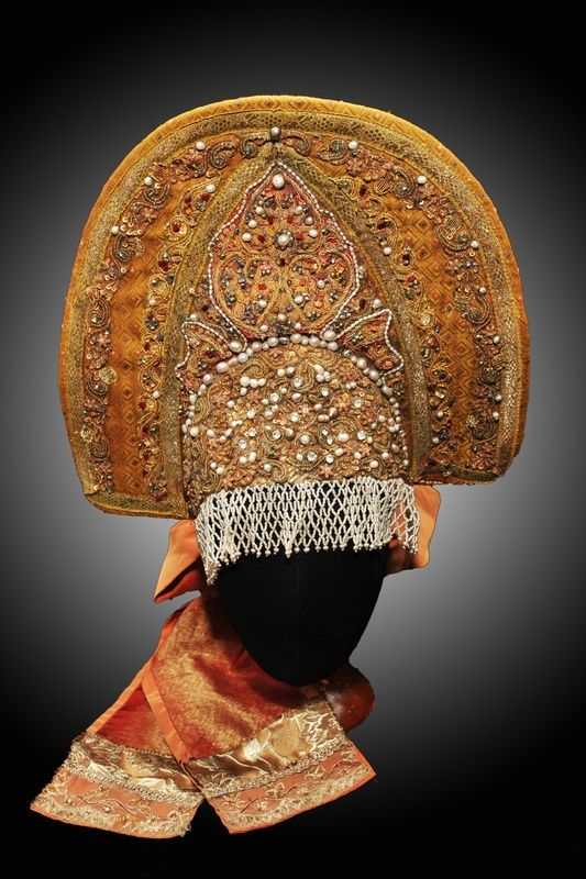 Кокошник-старинный русский головной убор в виде гребня (опахала, полумесяца или округлого щита) вокруг головы, символ русского традиционного костюма.