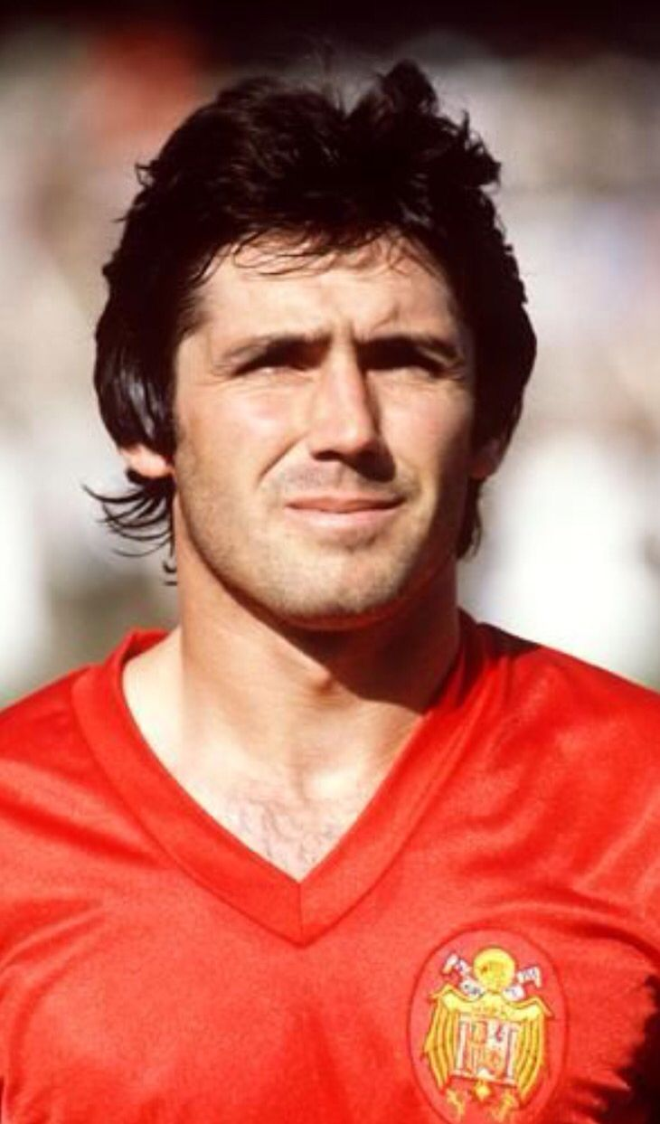 Carlos Alonso Santillana (Santillana del Mar, 1952). Internacional 56 veces y 15 goles entre 1975 y 1985. Acudió a dos mundiales (78 y 82) y dos Eurocopas (Italia'80 y Francia'84). Mundial de Argentina'78 y España'82. SUBCAMPEÓN en la Eurocopa Francia'84. Marcó cuatro goles a Malta en el histórico 12-1.