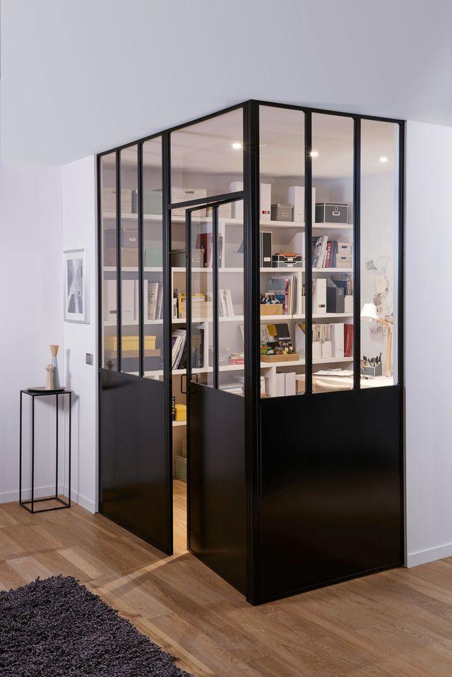 Un bureau caché sans vraiment l'être derrière des verrières d'intérieur. Lapeyre