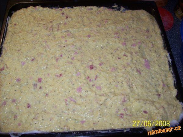 Bramborry nastrouchame s česnekem , přidame vajička majoranku sul zeli salam   vše promichame s polo...