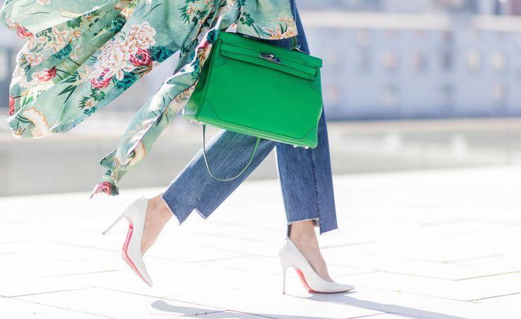 Toller Frühlingslook zu weißen Louboutins: EineabgeschnitteneJeans und ein gemusterterMantel.