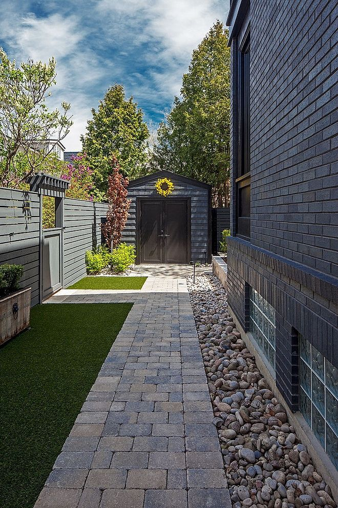 1095 Royal York Residence By R H Carter Architects Homeadore Small Backyard Landscaping Backyard Side Yard Landscaping