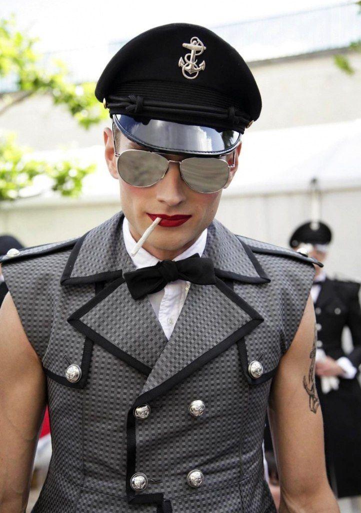 Мужская неделя моды в Париже в этом году отличается обилием мейкапа. Красные губы – мощный тренд показов весна-лето 2014.    Судя по текущим показам мужской недели моды в Париже, главный тренд на подиуме – мужской макияж. Только за сегодняшний день было два показа с красными губами (Saint Laurent и Thom Brown)