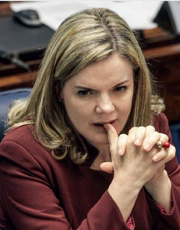 "Gleisi Hoffmann vai pedir ""asilo"" político e deixar o Brasil! http://cristalvox.com/gleisi-hoffmann-vai-pedir-asilo-politico-e-deixar-o-brasil/"