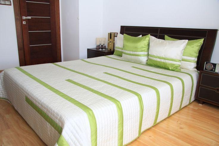 Krémový prehoz na posteľ so zelenými pruhmi
