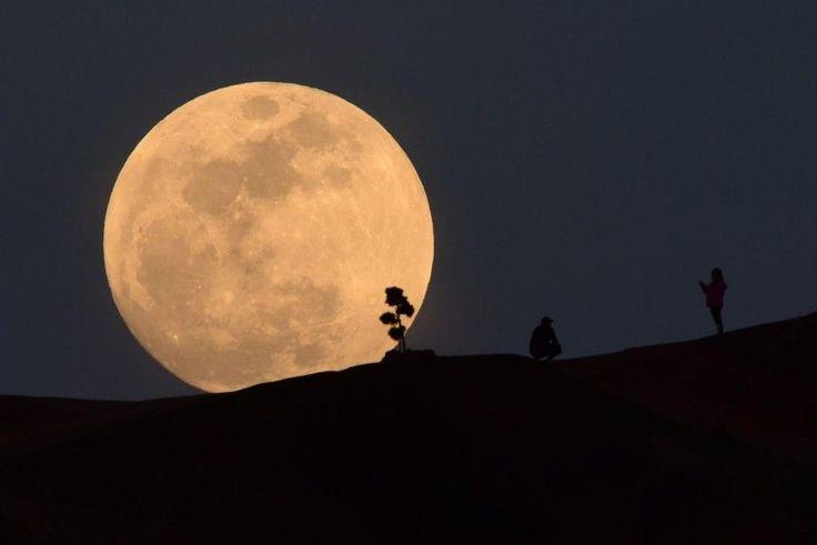 El eclipse lunar total, particularmente raro por su tamaño, dio este miércoles un espectáculo visible en gran parte del planeta. FOTO AFP