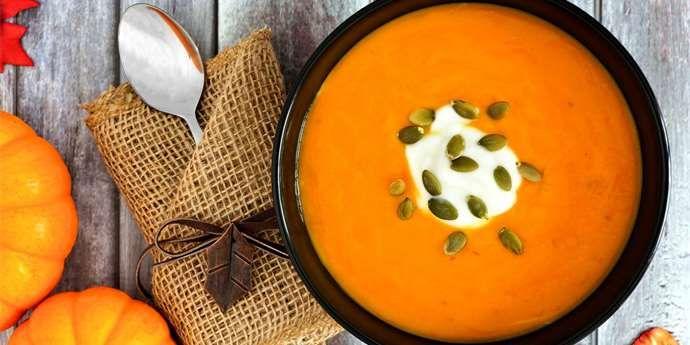 Dýňová polévka chutná nejen dětem, ale prospívá i maminkám – dýně je nízkokalorickou zeleninou s vysokým obsahem vlákniny.