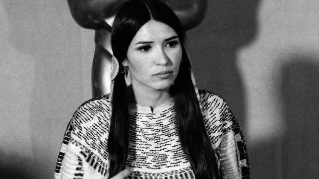 Sacheen Littlefeather ist eine US-amerikanische Schauspielerin und indianische Aktivistin des American Indian Movement. Größere Bekanntheit erlangte sie, als sie in Vertretung für Marlon Brando und mit dessen Ermächtigung bei der Oscarverleihung 1973 auftrat. Bei diesem Auftritt begründete sie in einer zunächst kurzen Rede Brandos Nichtannahme des Oscar als bester Hauptdarsteller.