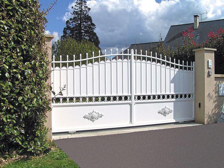 Portail Tradition Aluminium Modèle AUBERVILLIERS Option fers de lance, traverse supplémentaire avec feuilles ronds décoratifs partie intermédiaire, rosaces