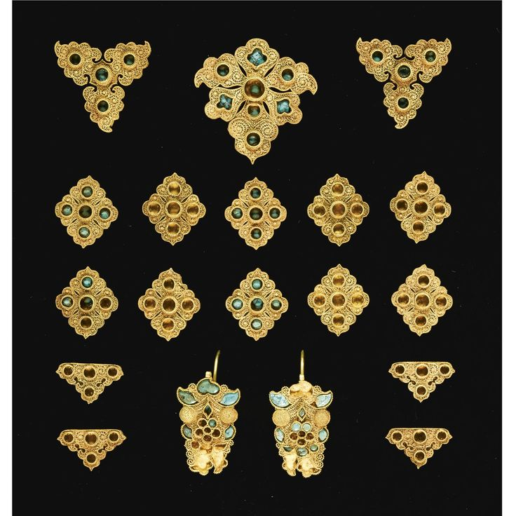 AN IMPORTANT SET OF GOLDEN HORDE TURQUOISE INSET GOLD JEWELLERY, CENTRAL ASIA, 14TH CENTURY Estimation 60,000 — 80,000 GBP Lot. Vendu 156,500 GBP