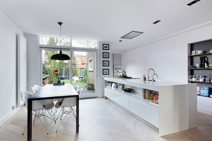 Jaren30woningen.nl | Moderne witte keuken in een #jaren30 woning