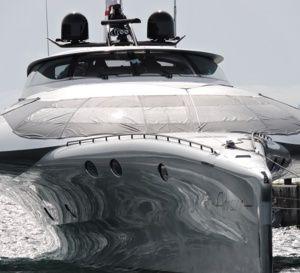 Un trimaran high-tech sur le front de mer