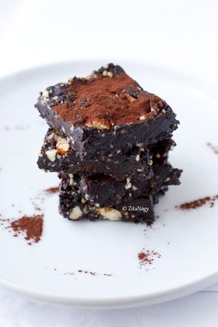 I love brownies... ie I would love if I shouldn't add so much sugar to the dough to make the brownies moist and gooey. That's why I don't bake it very often. But this is history... now I can make gooey brownie that sweet enough although there is no sugar