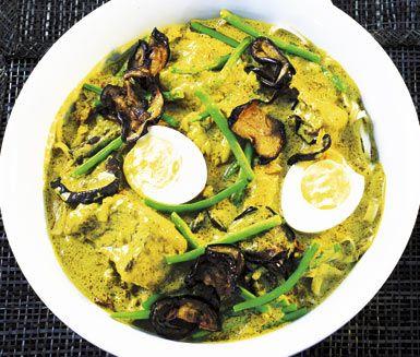 Currylaksa är en nudelrätt med asiatiska toner som du tillagar med kokta grönsaker och en smakrik soppa på bland annat currypaste, kokosmjölk, kanel och stjärnanis. Vid servering häller du soppan med curry över de nykokta nudlarna och grönsakerna.
