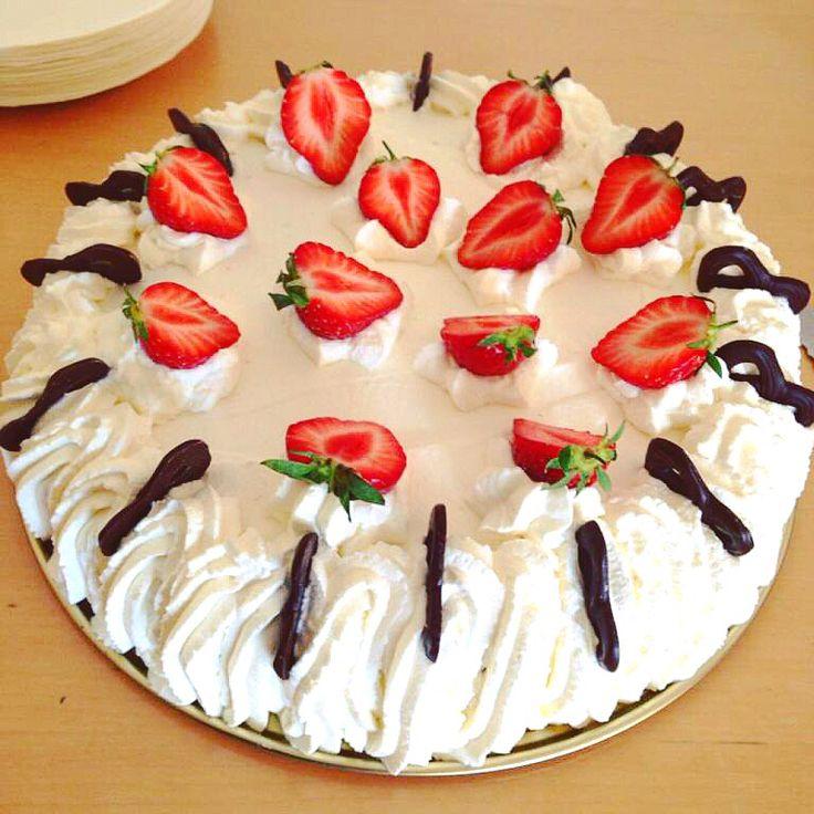 Lagkage (lyse bunde med rabarberkompot, jordbær og vaniljemousse - pyntet med flødeskum, jordbær og chokoladekringler)