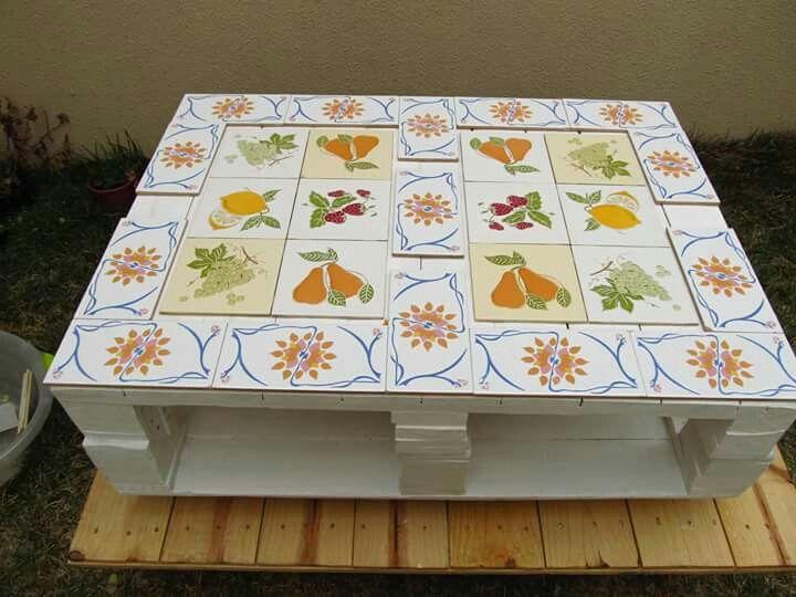 Mesa de centro de pallets e azulejos antigos mesa for Mesa de centro de palet