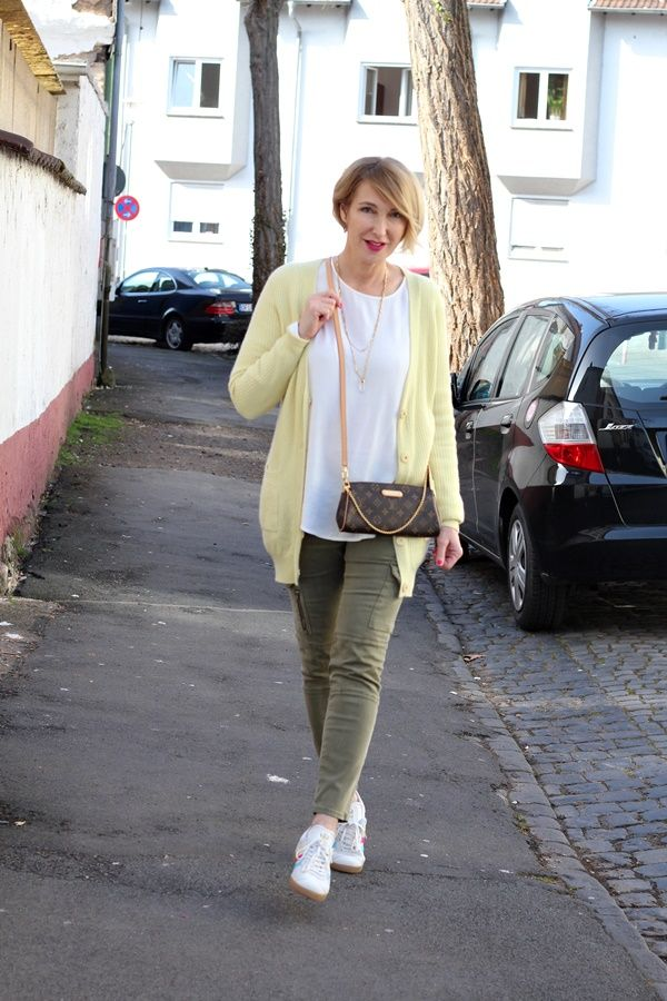A fashion blog for women over 40 and mature women Cardigan: Allude Cashmere Blouse: Samsoe Samsoe Pants: Zara Bag: Louis Vuitton Sneakers: Adidas