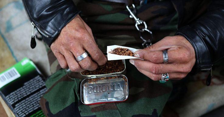 """Como transformar fumo para cachimbo em fumo para enrolar cigarros. Cada método de fumar, seja por cachimbo, charuto ou cigarro, usa uma mistura e um corte diferentes de tabaco. O tabaco de cachimbo costuma ser cortado em tiras finas, consiste em uma ampla variedade de tabacos de base, como Virginia e Burley, e é """"temperado"""" ou com sabor. Para os cigarros, no entanto, costuma ser quase totalmente de tabacos com ..."""