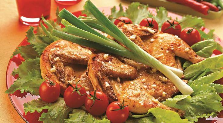 ЦЫПЛЯТА ТАБАКА: масло сливочное – 2 ст.л., лимон, соль, чеснок – 4 зубчика, цыпленок, 8 горошин черного перц