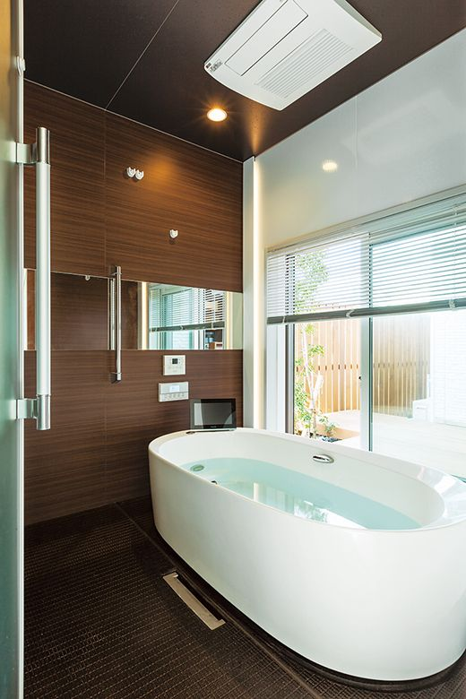 デッキに面したホテルライクな浴室は、ご主人のこだわり