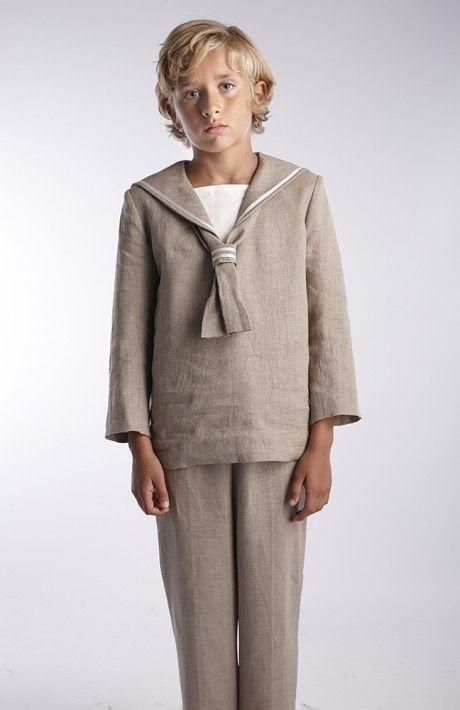 Traje de lino piedra marinero, con detalles en babero y pecho color marfil. Pantalón con goma regulable en cintura. Totalmente forrado.