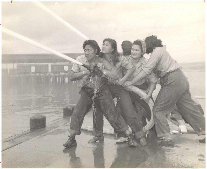 40 Portraits de femmes qui ont fait changer le cours de l'histoire pour toujours : Des bénévoles apprennent à combattre les incendies à Pearl Harbor. (1941-1945)