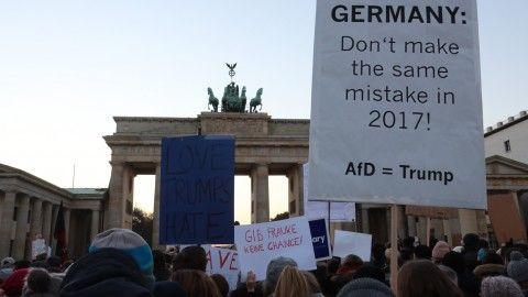 Rund 120 Menschen haben in Berlin-Neukölln gegen den künftigen US-Präsidenten Donald Trump protestiert. Eine weitere Protestaktion startete am Nachmittag vor dem Brandenburger Tor neben der US-Botschaft.