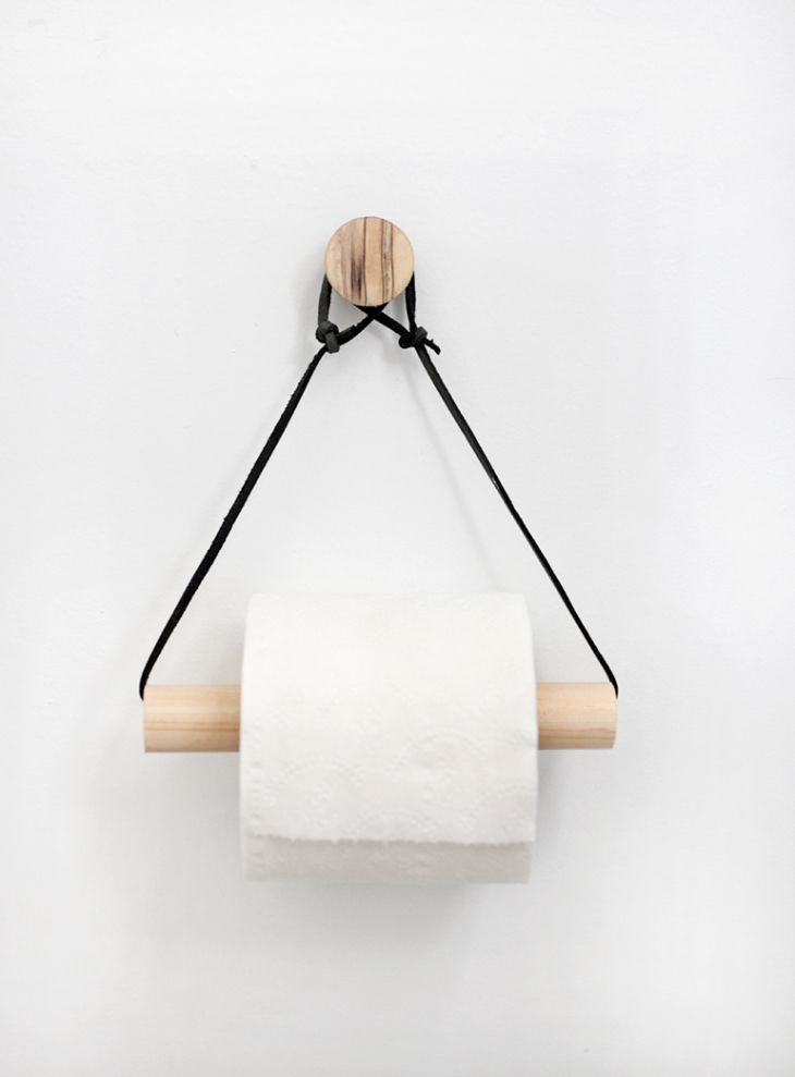 DIY Minimalistische toiletrolhouder van hout en leer in Scandinavische stijl // via The Merry Thought