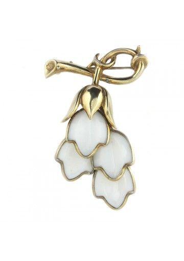 Questa spilla della Trifari è un classico esempio di gioielli americani degli anni 50. Forma a fiori e metallo dorato caratterizzano l'ornamento. Stato di conservazione è molto buono quindi la spilla è adatta sia per collezione che da indossare