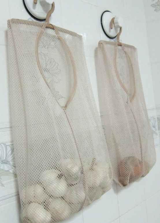 Sacolas vazadas de lavar roupa são uma ótima maneira de armazenar produtos que precisam ser ventilados.