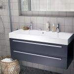 In de showroom is een nieuwe trendy badkamer gerealiseerd met een aantal slimme sanitairproducten voor de kleine badkamer. De trendy look wordt in dit geval gecreëerd door de Marazzi block tegels gecombineerd met een andere kleur tegels in hetzelfde formaat en het Bruynzeel badkamermeubel in een blauwe kleur. Ligbad Wave Design Dore Het ligbad Wave…