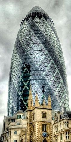 """La armónica combinación de la arquitectura antigua y moderna de Londres. Aquí, el Gherkin ( """" Pepinillo """" ), y adelante la magnífica construcción varias veces centenaria ..."""